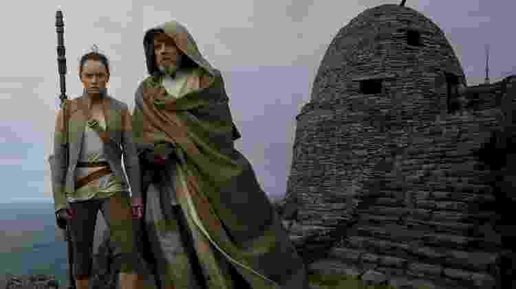 Daisy Ridley (Rey) e Mark Hamill (Luke) em cena de Star Wars: Os Últimos Jedi - Divulgação - Divulgação