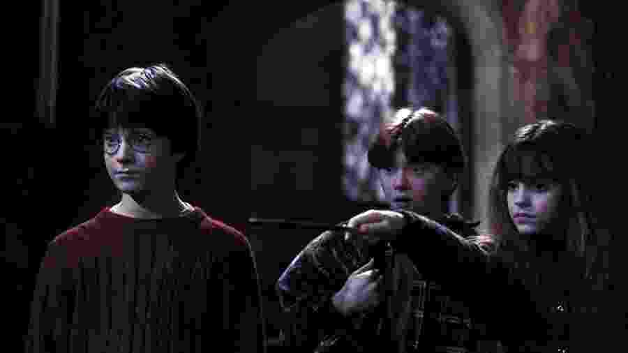 """Rupert Grint, Daniel Radcliffe e Emma Watson em cena de """"Harry Potter e a Pedra Filosofal"""" (2001) - Divulgação"""