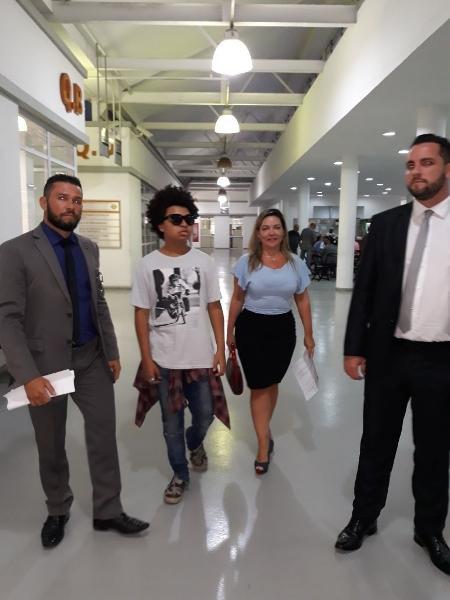 JP Rufino chega à delegacia acompanhado de dois advogados para registro de ocorrência - Imagem/UOL