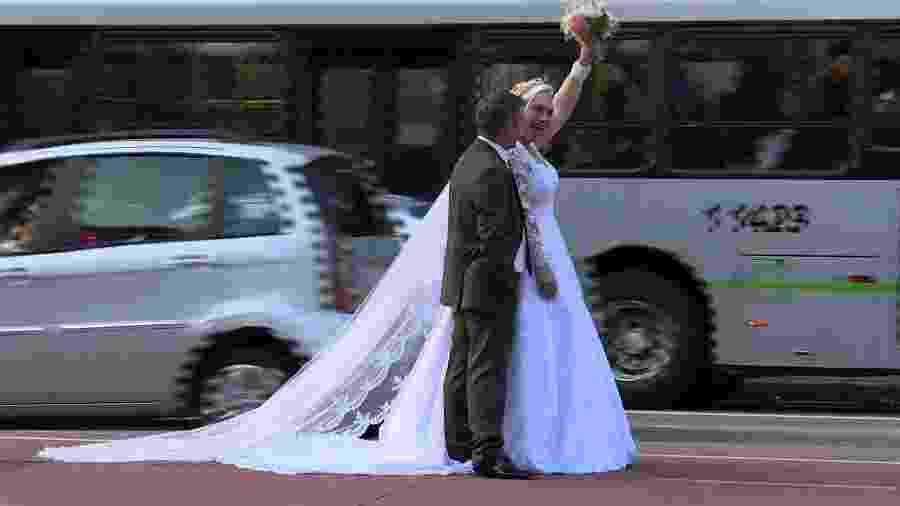 Casal apaixonado dá volta ao mundo tirando fotos de casamento - AFP