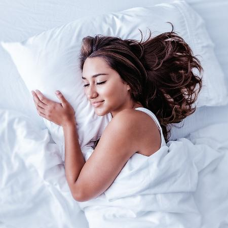 Evitar o celular, desacelerar e técnicas de respiração estão entre as dicas dos médicos para uma boa noite de sono - iStock