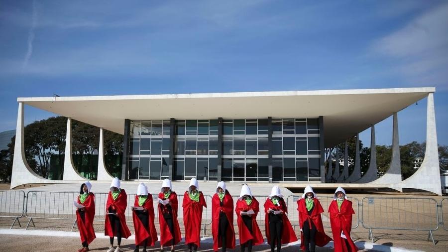 """Mulheres se inspiram na série """"The Handmaid""""s Tale"""" para protestar em defesa do aborto legal e seguro - Marcelo Camargo/Agência Brasil"""