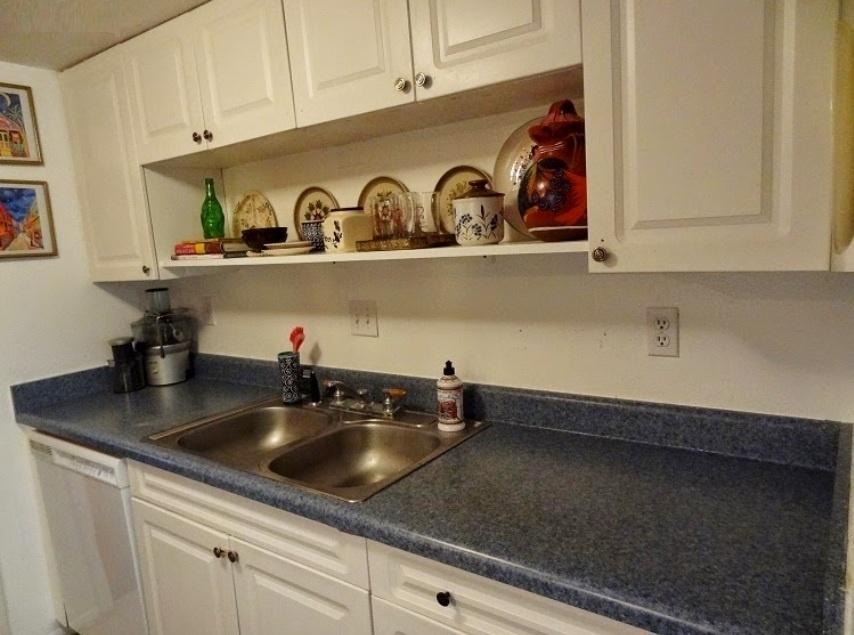 Andrea Hamsher, designer a frente do blog Gypsy Yaya conta que sempre achou sua cozinha pequena e sem graça, mas não podia partir para uma solução radical por morar de aluguel. Depois de testar pintura e outros tipos de texturas, sem sucesso, ela partiu para os adesivos de parede e o resultado pode ser visto abaixo