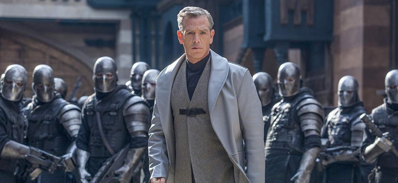 """Ben Mendelsohn como o Xerife de Nottingham em """"Robin Hood: A Origem"""" - Divulgação"""