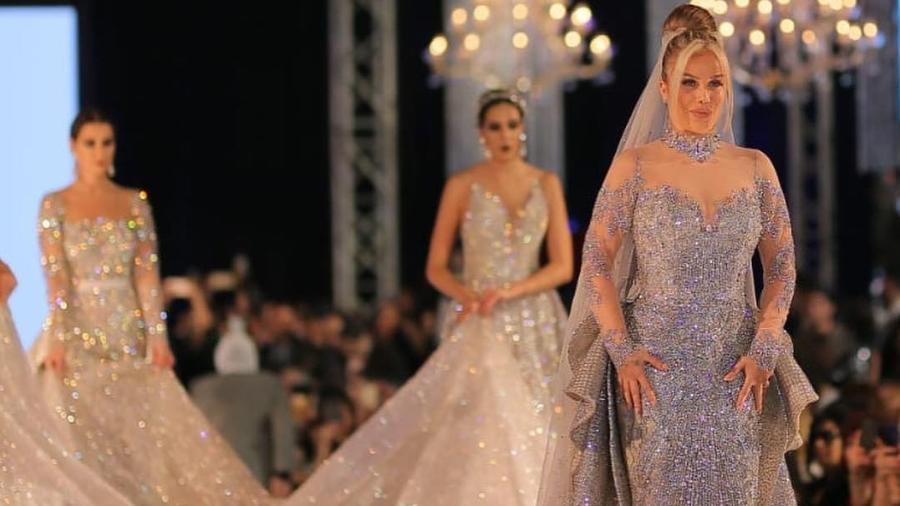 Nicole Saba, à frente, com o vestido milionário  - Reprodução/Twitter