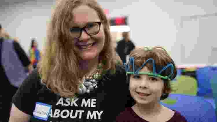 Amanda Garrett levou o filho, Alex, para o evento de leitura - BBC - BBC
