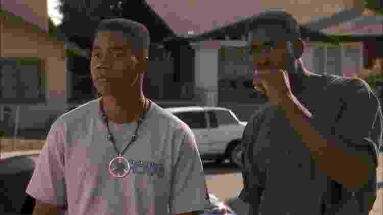 """Cuba Gooding Jr. e Morris Chestnut em cena do filme """"Os Donos da Rua"""" (1991) - Reprodução"""