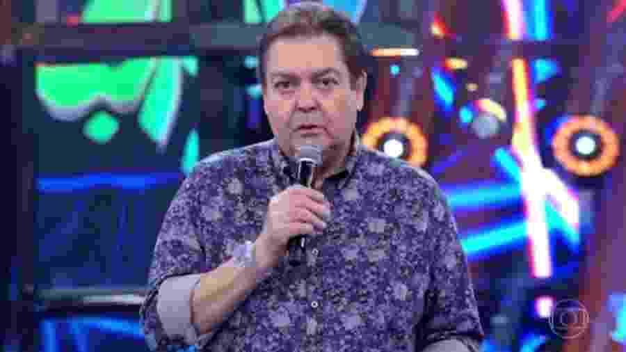 """Faustão (com camisa estampadona) apresenta o """"Domingão do Faustão"""", na Globo - Reprodução/Globo"""