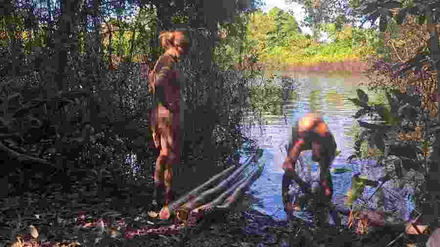 """Whitney e Nathan, de """"Largados & Pelados"""" em pleno rio Araguaia, na estreia da 5ª temporada - Discovery Channel/Divulgação"""