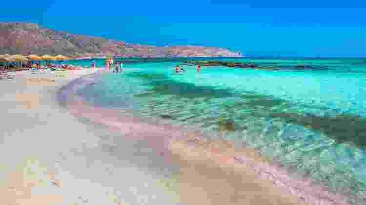 Na praia de Elafonisi, a areia com tonalidades de rosa se encontra com o mar azul-turquesa - Gatsi/Getty Images/iStockphoto