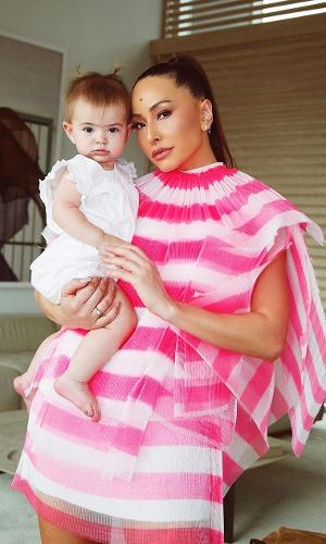 Sabrina Sato segura Zoe no colo: par fashionista