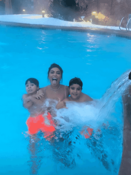 Juliana Paes curte piscina com os filhos Antônio e Pedro - Reprodução/Instagram