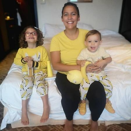 Ana Soares seus dois filhos, Tulipa, 4, e Leon, 15 meses: família ficou 14 dias isolada em quarto de hotel antes de voltar pra casa - acervo pessoal