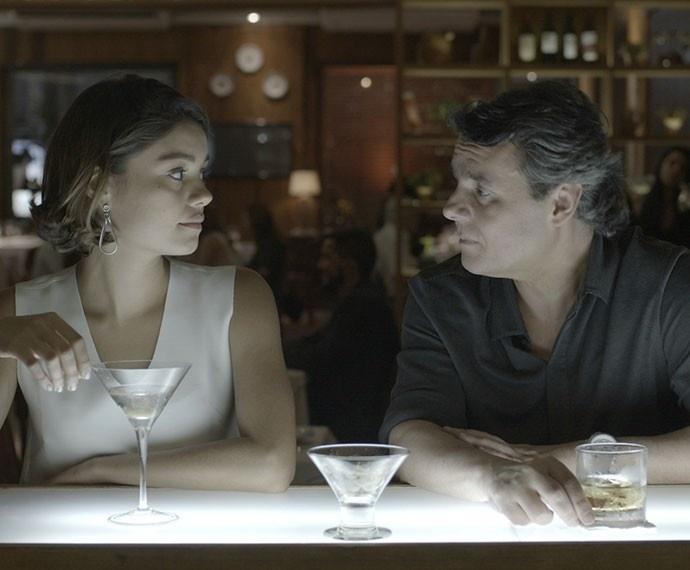 Abalada com a morte de Murilo, Alice pede um tempo a Evandro em