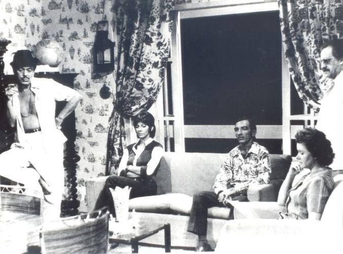 """Em 1971, na novela de Dias Gomes """"Bandeira 2"""", Paulo Gracindo (à esq.), vive o bicheiro Tucão, seu primeiro papel de destaque da TV. Marilia Pera (sentada à esq.) fez a protagonista da trama, a taxista Noeli, e teve sua atuação ofuscada por Gracindo. À direita está a atriz Heloisa Mafalda, que fazia Zulmira e, ao seu lado, de pé, o ator Ari Fontoura (o Apolinário)"""