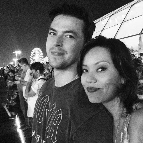 19.set.2015 - Geovanna Tominaga acompanha o namorado, Eduardo Duarte, grande fã de metal