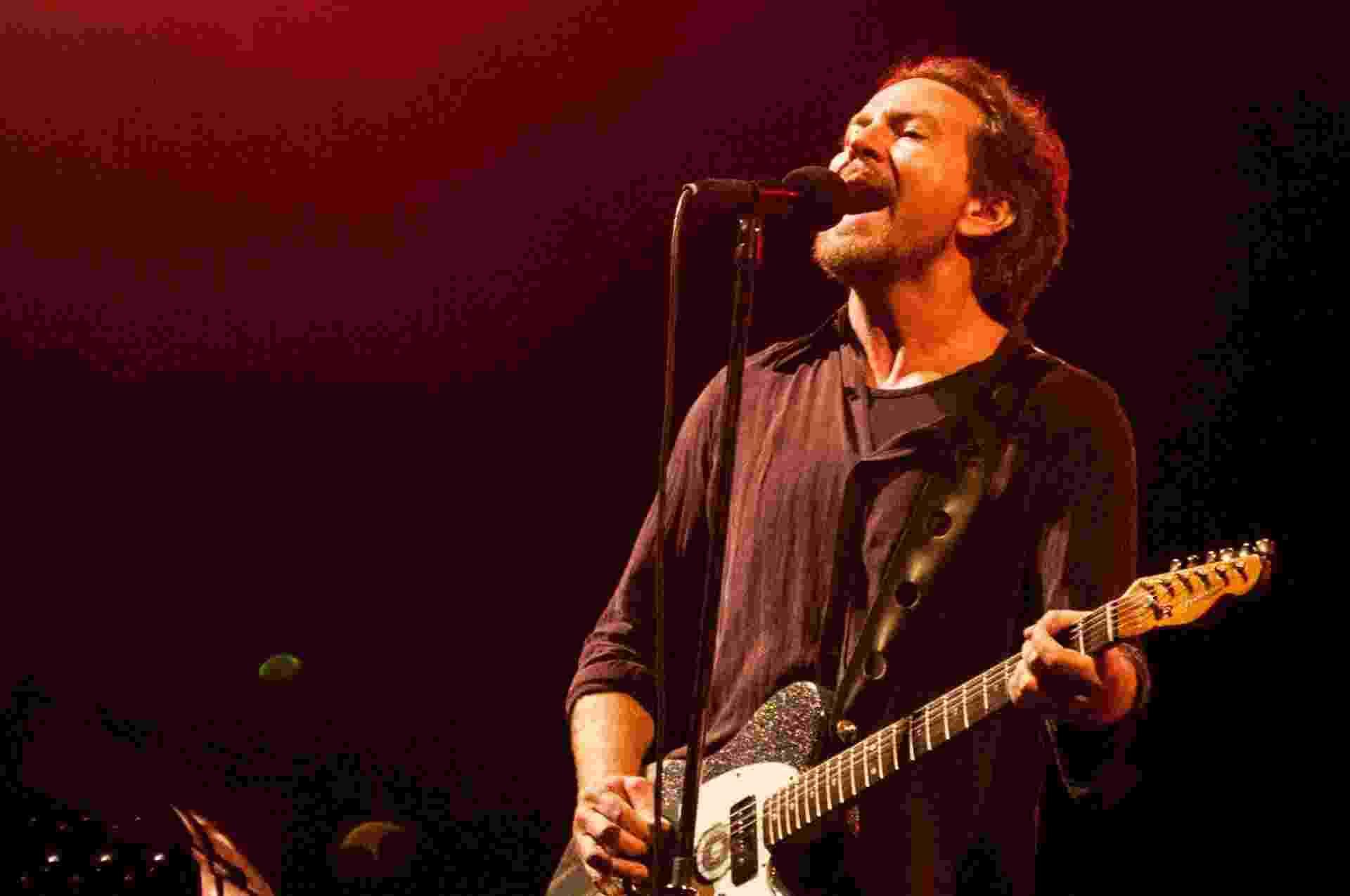 11.nov.2015 - Na noite desta quarta-feira, a banda Pearl Jam se apresentou em Porto Alegre pela terceira vez. O show aconteceu na Arena do Grêmio - Nede Losina /UOL