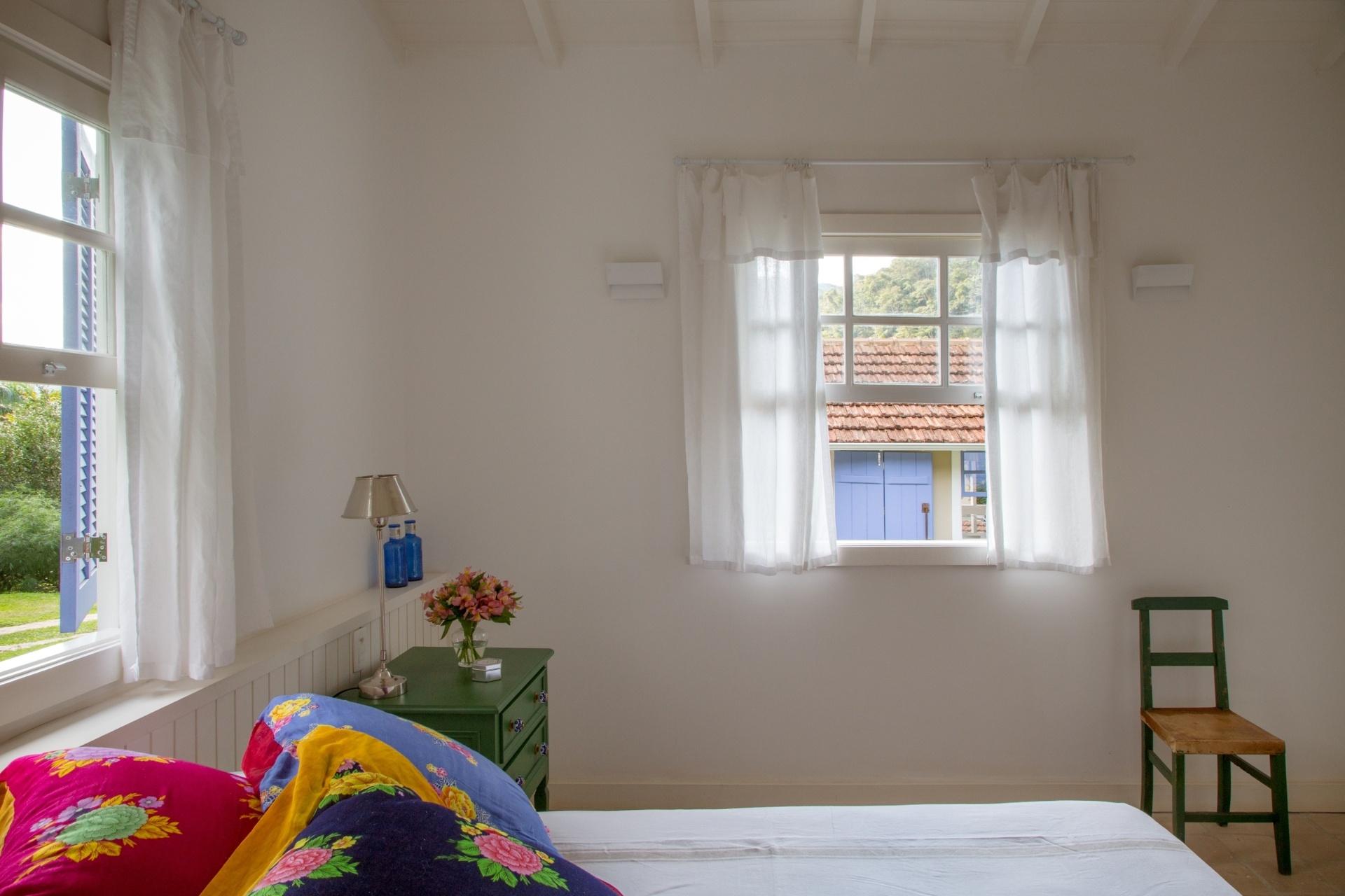 Quartos De Solteiro Sugest Es Para Decorar O Ambiente Bol Fotos  ~ Grafite Parede Quarto Com Quarto Moderno Solteiro