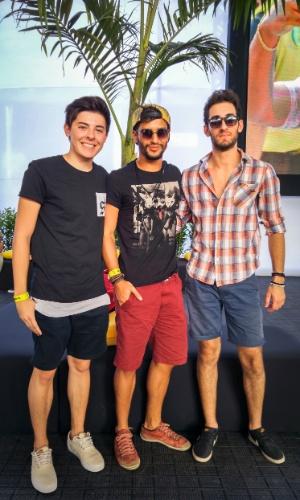 23.jan.2016 - Os estudantes Carlos Eduardo Fernandes Filho, 19, Henrique Pavanelli, 20, e Diego Conconi Tegeda, 19, apostaram nos shorts e camisetas, completando o look com óculos de sol.