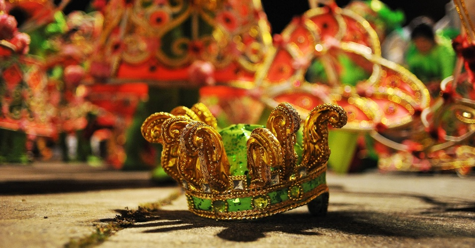 7.fev.2016 - Fantasia é deixada ao final do desfile da Unidos do Peruche