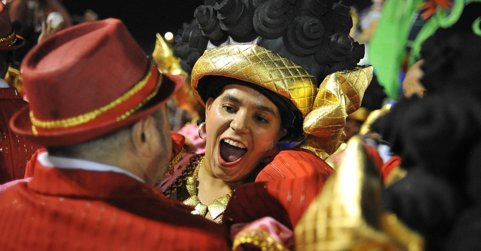 7.fev.2016 - Integrantes celebram o final do desfile da Unidos do Peruche, primeira escola a entrar no Anhembi no segundo dia de Carnaval de SP