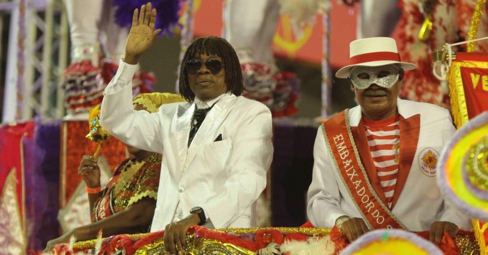 7.fev.2016 - Escola de samba Tom Maior, do Grupo de Acesso, faz homenagem a Milton Nascimento em seu samba-enredo. Cantor participou do desfile neste domingo