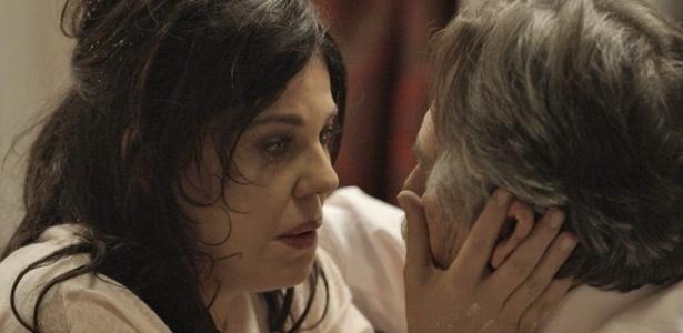 Nelita (Bárbara Paz) sempre teve uma relação difícil com o pai, Gibson (José de Abreu) - Reprodução/TV Globo