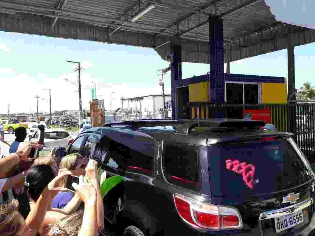 16.set.2016 - Fãs e curiosos observam a chegada do corpo do ator Domingos Montagner ao aeroporto de Aracaju, de onde parte para São Paulo. O cortejo saiu da funerária, no centro da cidade, com apoio dos Bombeiros e Polícia Militar - Fredson Navarro e Flávio Antunes/UOL
