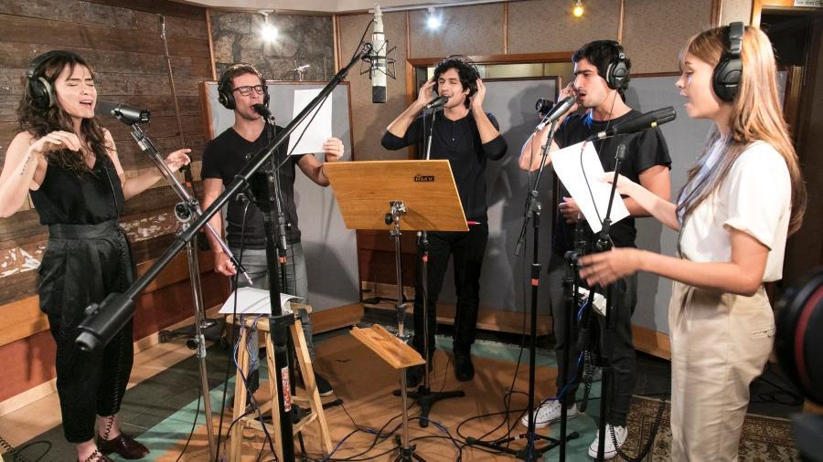"""Elenco grava música de abertura da série """"Os Dias Eram Assim"""", que estreia nesta segunda (17) na Globo - Globo/Sergio Zalis"""