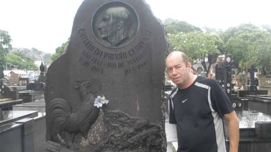 Emanuel Messias no túmulo do poeta e compositor Catulo da Paixão Cearense - Reprodução/YouTube
