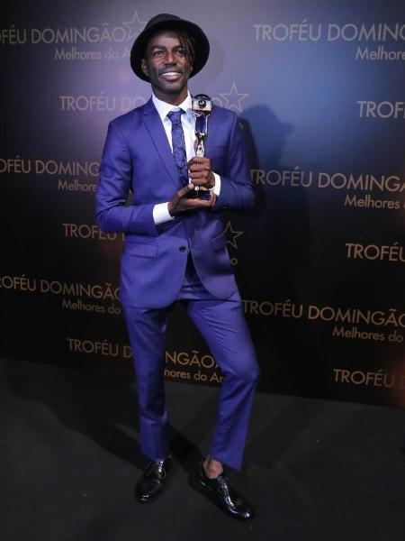 """Jonathan Azevedo, o Sabiá de """"A Força do Querer"""", levou o prêmio de ator revelação no """"Melhores do Ano"""" - AgNews"""