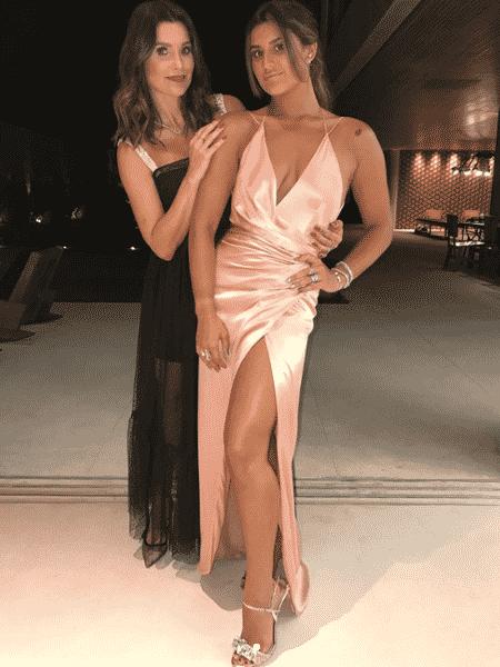 Giulia Costa e a mãe, Flávia Alessandra, em sua formatura - Reprodução/Instagram