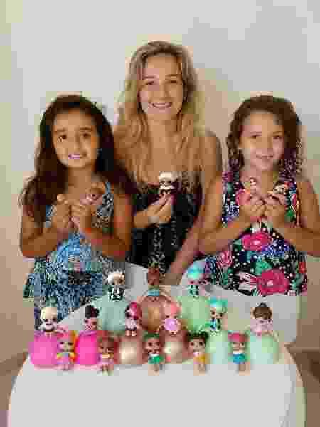 Claudia e as filhas gêmeas Laura e Joana, 7 anos, que têm mais de 25 LOLs Dolls - Arquivo Pessoal
