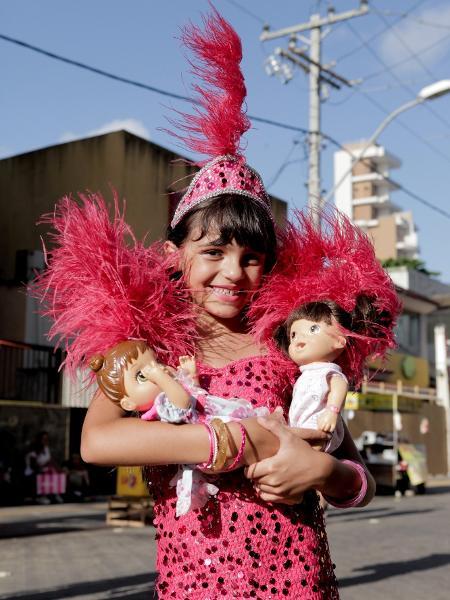 A pequena Isa Ribeiro foi para Salvador e se fantasiou de Ivete Sangalo no Carnaval de 2018 - Alisson Louback/UOL