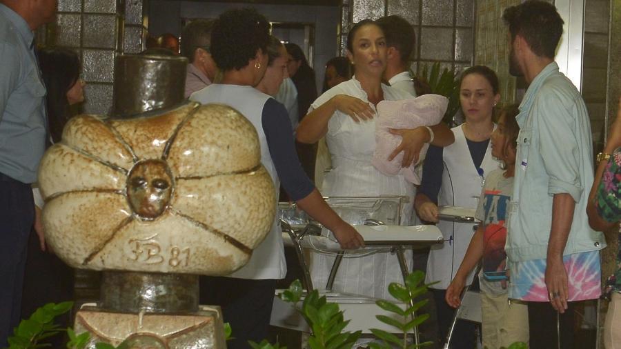 Ivete Sangalo deixa o hospital com as gêmeas - Francisco Cepeda, Daniel Delmiro e Deividi Correa/AgNews