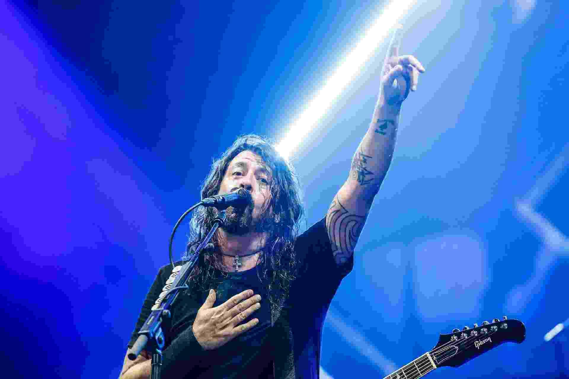 Dave Grohl, vocalista do Foo Fighters, saúda o público de São Paulo na primeira noite da turnê conjunta com o Queens of the Stone Age na cidade. As bandas, que já passaram pelo Rio de Janeiro, repetem o show no Allianz Parque na quarta-feira (28), e depois seguem para Curitiba (2/3) e Porto Alegre (4/3) - Lucas Lima/UOL