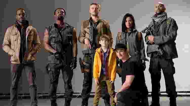 """Elenco do reboot de """"Predador"""" com o diretor Shane Black (agachado) - Reprodução - Reprodução"""