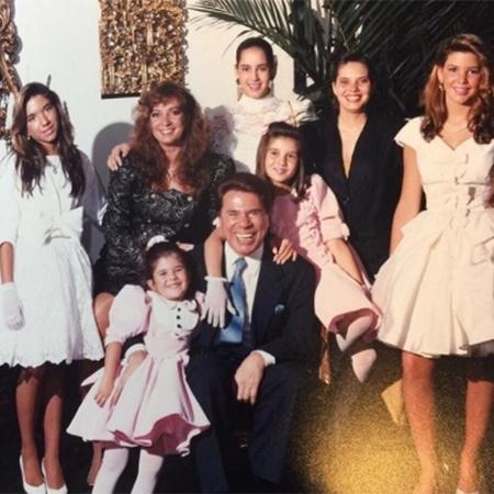 Silvio Santos aparece com a mulher, Íris, e as filhas em foto antiga  - Reprodução/Instagram