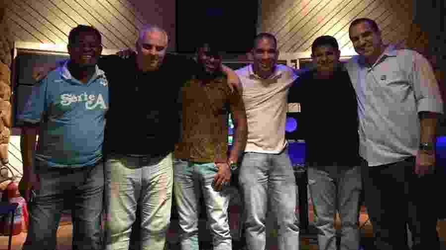 Leonardo Bessa (de branco, ao centro) com a equipe de produção do CD   - Divulgação