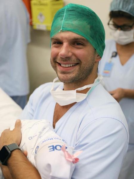 Duda Nagle posa segurando Zoe em primeira foto após parto de Sabrina Sato - Reprodução/Instagram/dudanagle