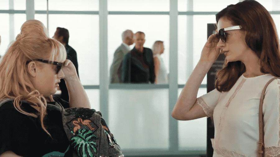 """Rebel Wilson e Anne Hathaway em cena de """"As Trapaceiras"""" - Reprodução/YouTube"""