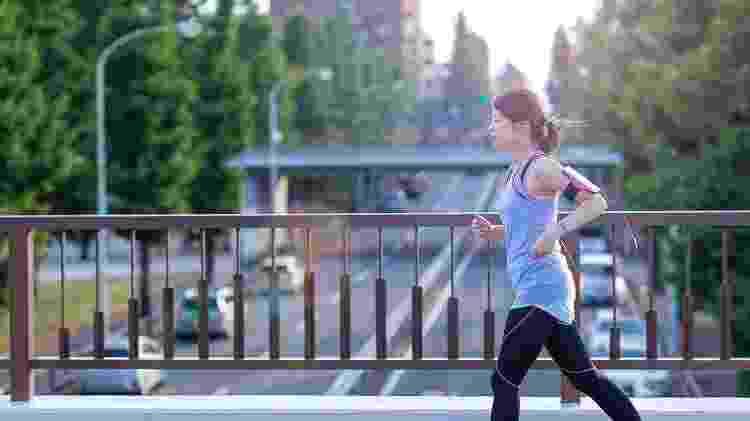 Prefira correr na calçada sempre que ela não for esburacada ou cheia de degraus - iStock