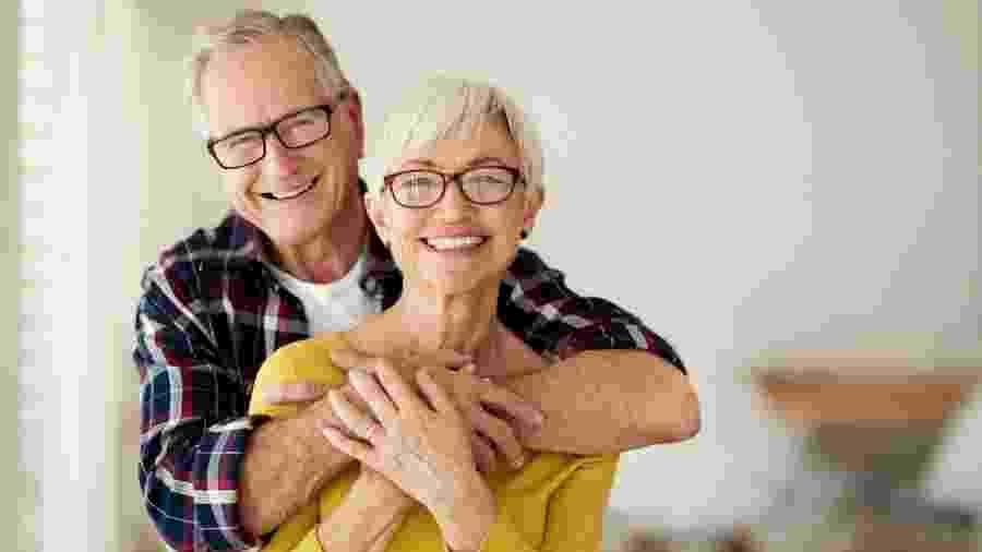 Idosos podem viver bem sozinhos, mas família precisa estar próxima para acompanhar sua saúde - iStock