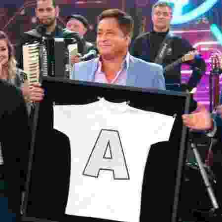 Leonardo recebe camisa usada por Leandro em show dos Amigos - Reprodução/Globo
