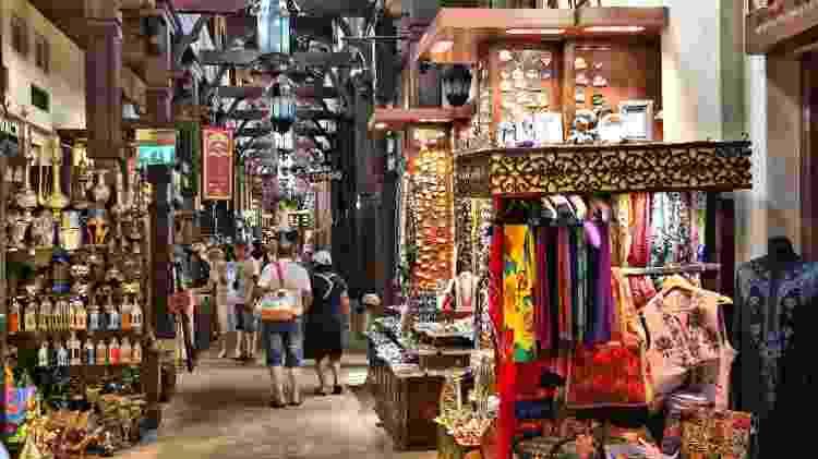 No souk de tecidos você encontra lenços, sedas, peças bordadas e afins - Divulgação/Turismo Dubai