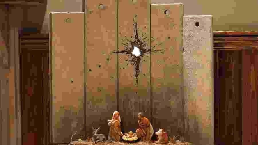 Nova obra de Banksy está exposta em Belém, na Cisjordânia ocupada - AHMAD GHARABLI/AFP