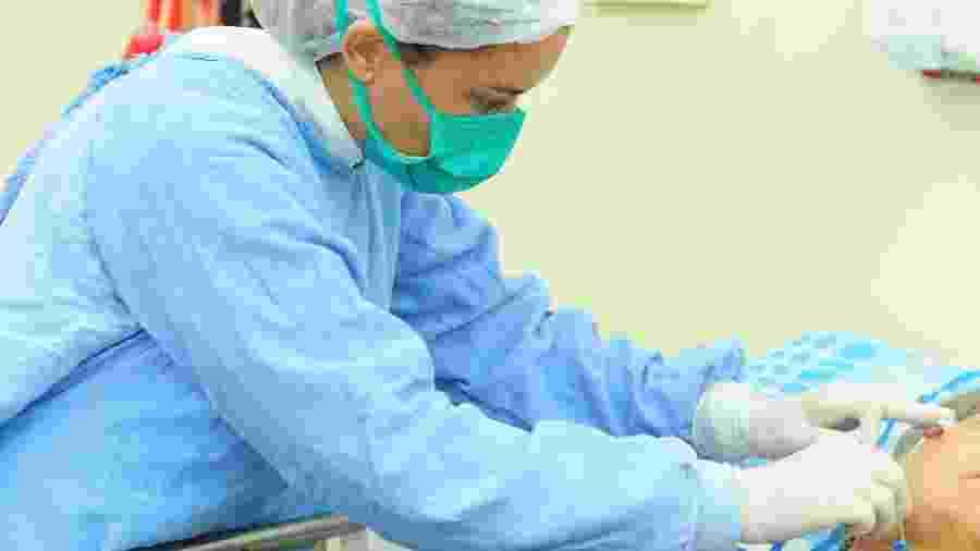 Enfermeira cuida de paciente em hospital - Pedro Ventura/Agência Brasília