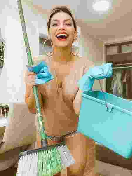 Kelly Key limpa casa maquiada - REPRODUÇÃO/INSTAGRAM
