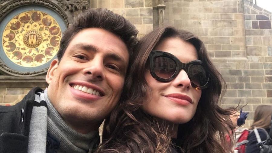 """Alinne Moraes e Cauã Reymond nos bastidores de uma gravação de """"Um Lugar ao Sol"""" em Praga - Reprodução/Instagram"""