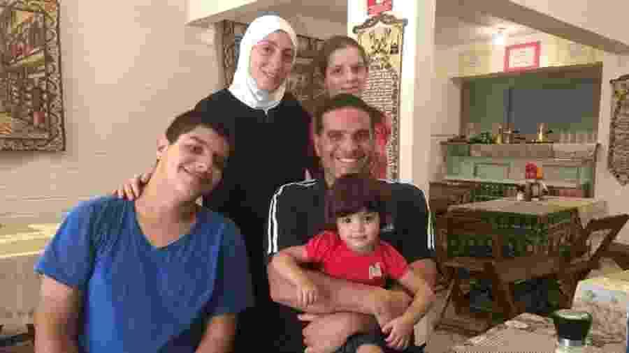 Ghazal Baranbo e Yara (em pé); Riad, Talal (sentados) e Sarah (no colo) no restaurante da família, Talal Culinária Síria - Arquivo pessoal